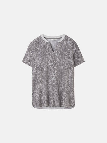 Top with all-over print and ribbed piping /